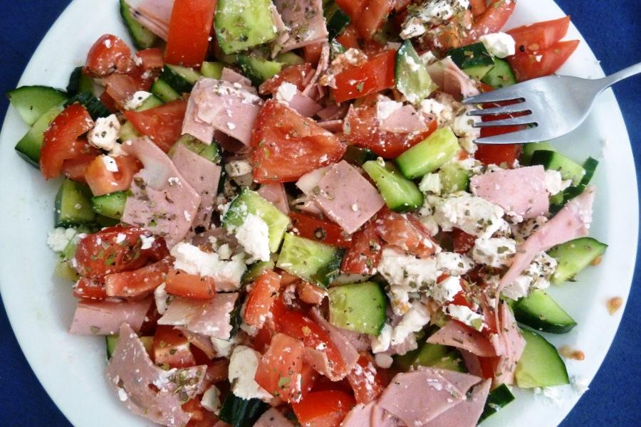 Salade grecque à lamortadelle