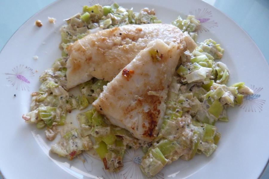 Filet de poisson grillé sur lit depoireaux
