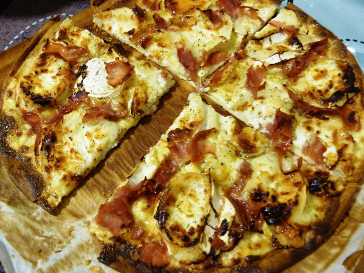 Pizza chèvre, miel et jambon cru