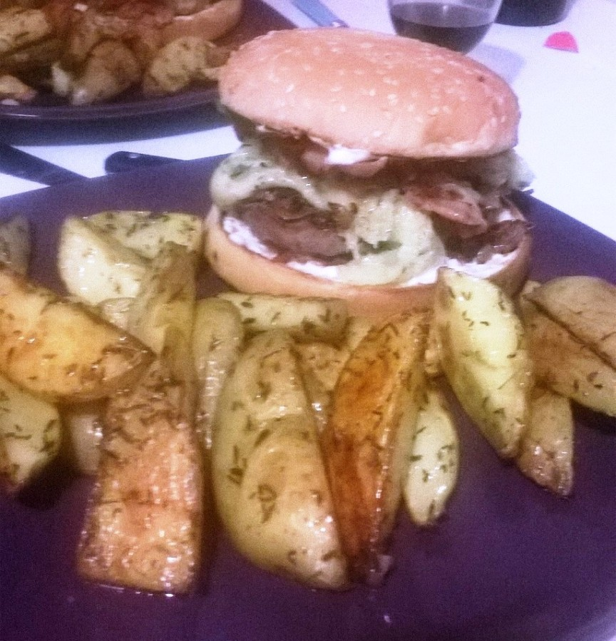 Hamburger au cantal et ses potatoes maison
