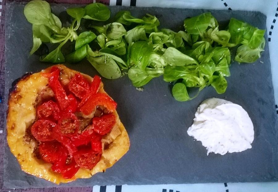 Tatins de tomates cerises et leur crème fouettée au roquefort et au basilicmaison