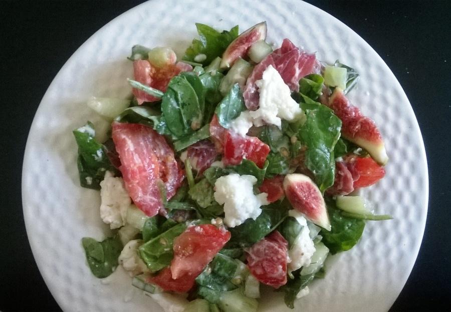 Salade de pousses d'épinards, figues fraîches et mozzarella dibufala