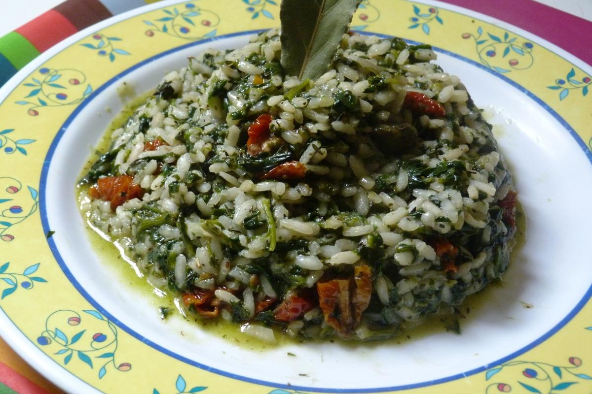Risotto vegan aux épinards, échalotes et tomates confites