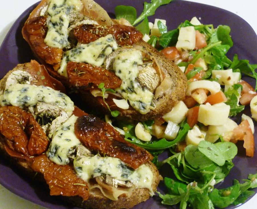 Tartines aux champignons, tomates confites, speck et fourmed'Ambert
