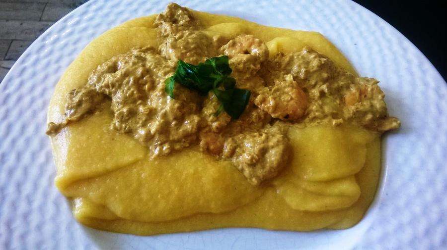 Curry de crevettes sur son lit de purée aux troislégumes