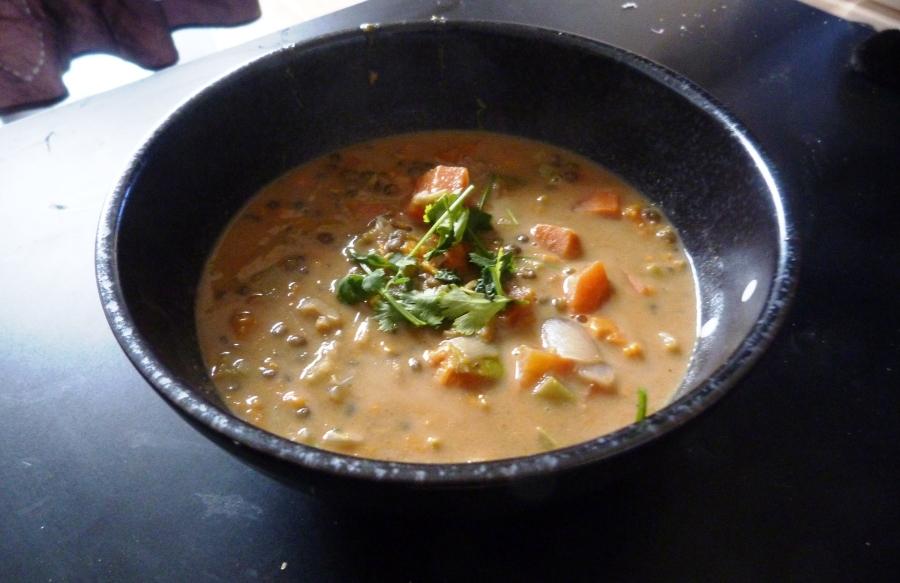 Soupe épicée de lentilles aux patates douces, carottes etpoireaux