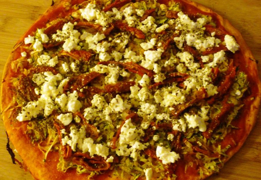 Pizza à la courgette, féta et tomatesséchées