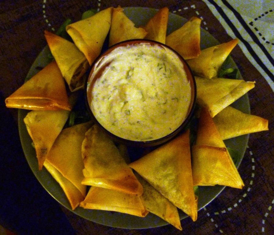 Samoussas courgettes, pommes de terre et curry et leur saucebrebis-menthe