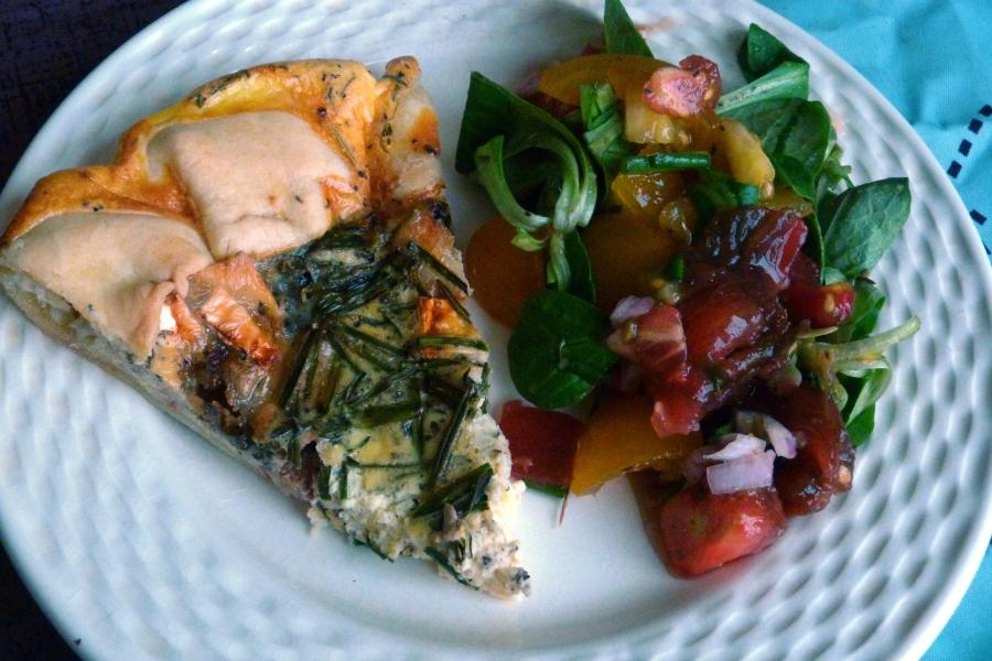 Quiche rustique au chèvre, bleu et noix et sa salade de tomatesanciennes