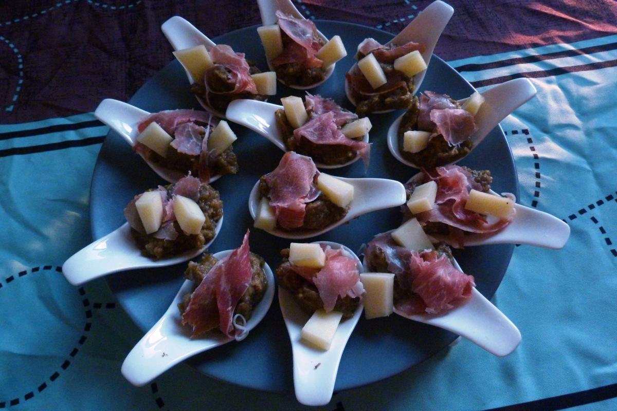 Cuillères apéritives au caviar d'aubergines, jambon cru et fromage de brebis