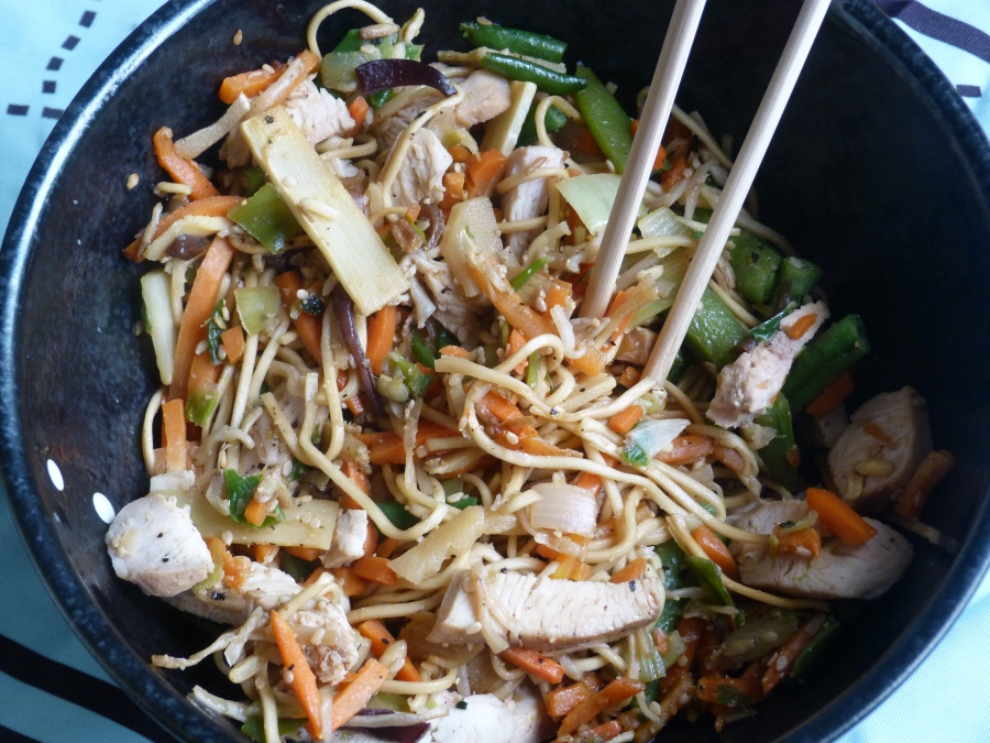 Wok de nouilles sautées à la dinde, légumes et graines desésame