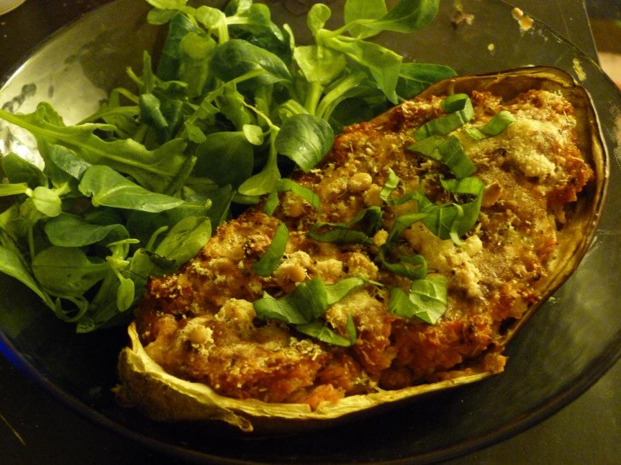 Aubergines farcies aux légumes, basilic etparmesan