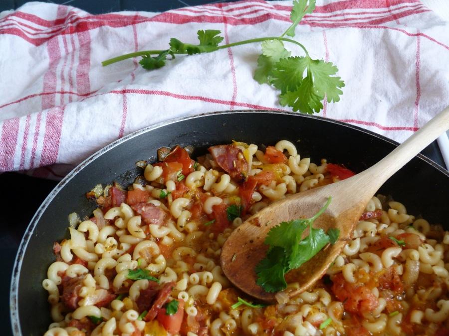 Coquillettes sautées au chorizo, tomates etcoriandre