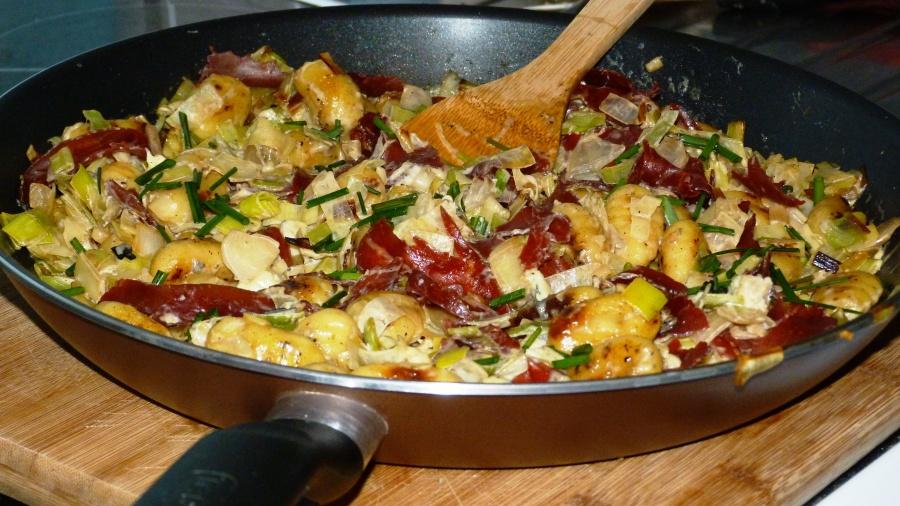 Gnocchis poêlés aux poireaux, fourme d'Ambert et viande desgrisons