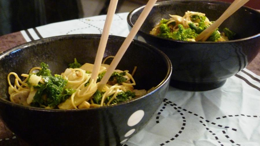 Wok de nouilles sautées au poulet, chou kale et noix decajou