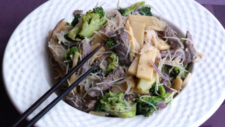Battle food #48 – Wok de nouilles de riz au boeuf, brocolis etsésame