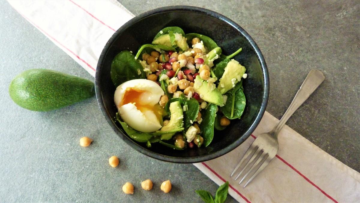 Salade d'hiver aux pois-chiches, avocat et grenade