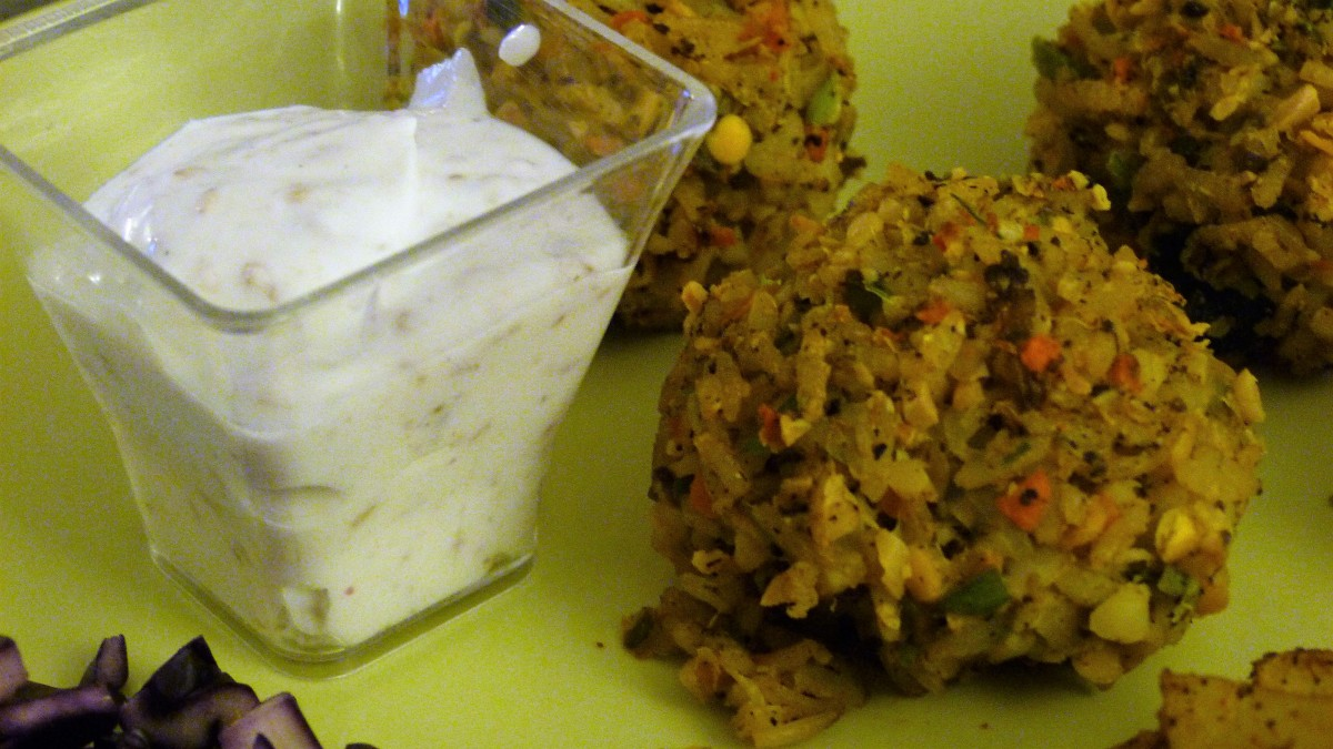 Battle Food #49 : Boulettes de riz thaï et lentilles corail aux légumes, pommes de terre rôties, sauce au sésame et salade de chou rouge