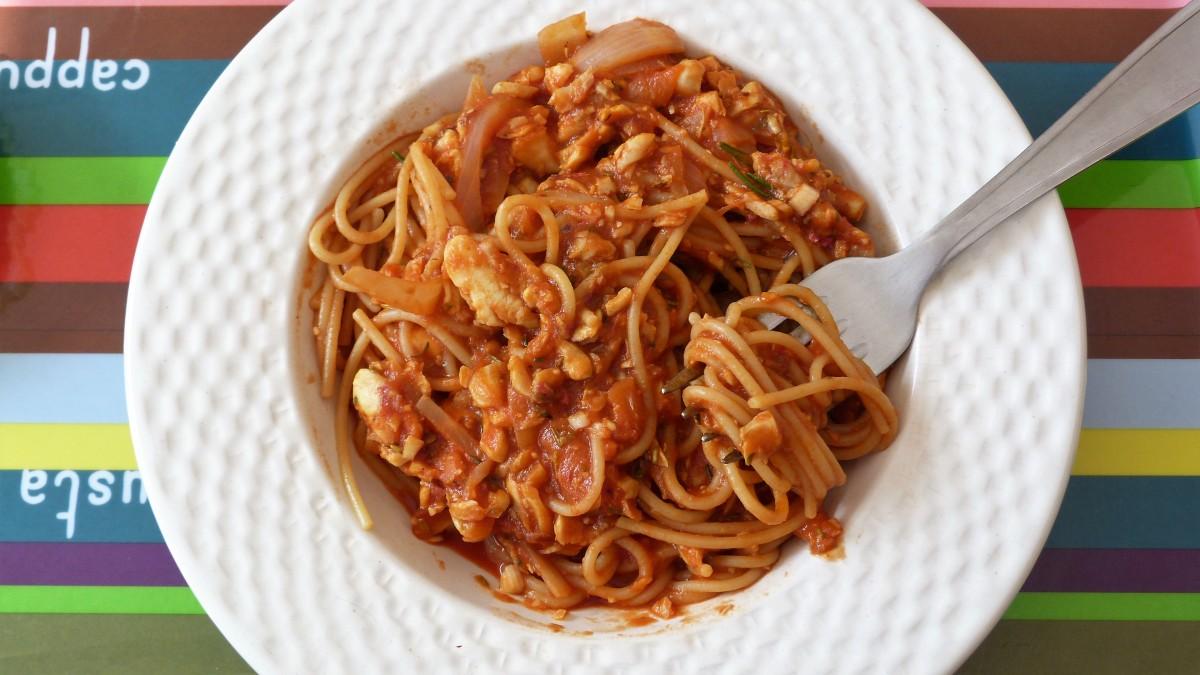 Spaghettis aux filets de rouget et sauce tomatée au vin blanc