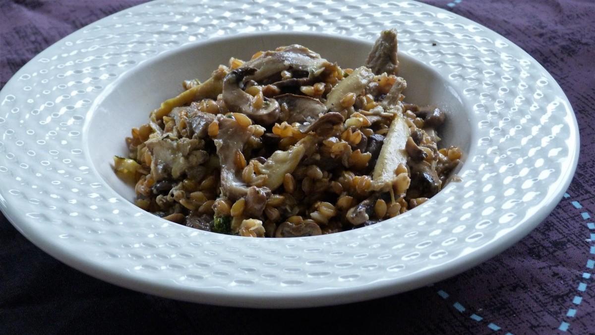Petit épeautre comme un risotto au poulet, champignons, sauge et gorgonzola