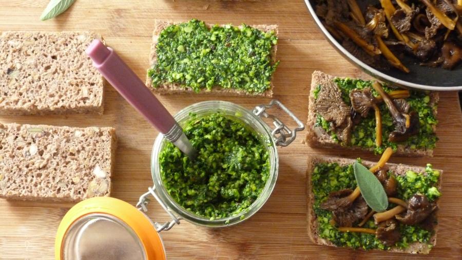 Foodista Challenge #34 : Tartines au pain de seigle maison, pesto d'épinards etchanterelles