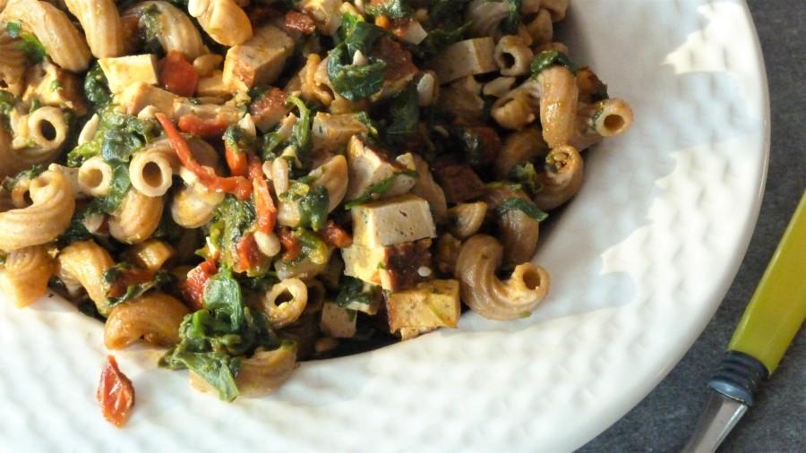 Codini aux épinards, tofu fumé et sauce piquantemaison