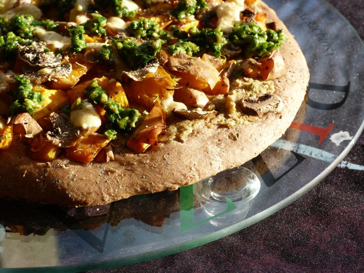 Pizza au houmous, pesto de roquette et légumes rôtis