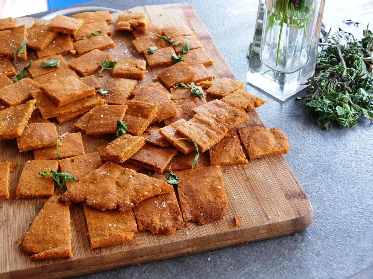 Biscuits apéro rustiques à la tomate, piment d'Espelette et Ossau-iraty